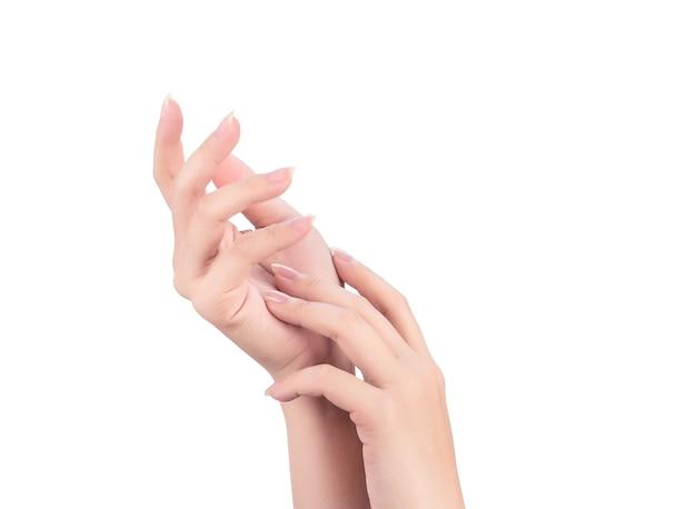 Schöne und elegante frauenhände isoliert, konzept der anwendung von feuchtigkeitscreme und körperpflege, nahaufnahme.