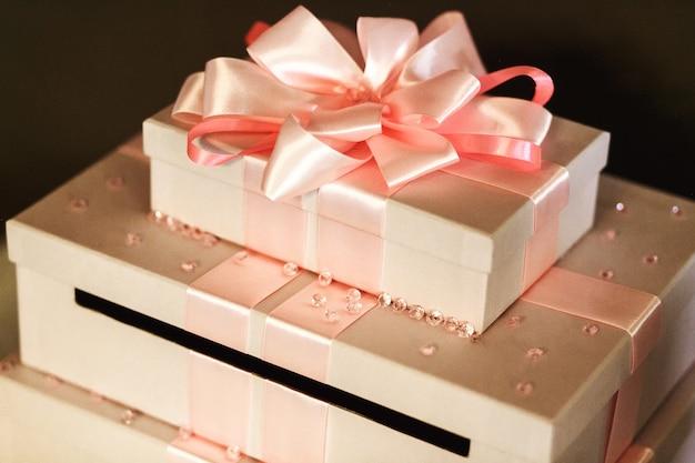 Schöne und elegante hochzeitsgeschenke in den weißen kästen