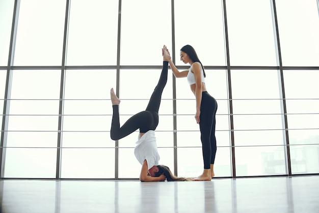 Schöne und elegante mädchen, die yoga tun