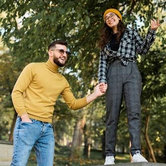 Schöne und glückliche freunde im park