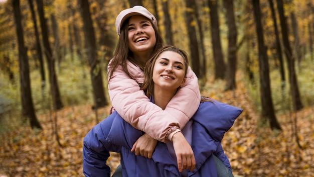 Schöne und glückliche freunde verbringen zeit miteinander