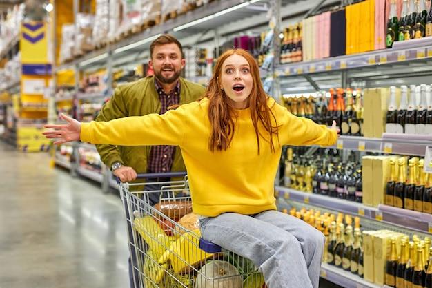 Schöne und junge familie beim gemeinsamen einkaufen