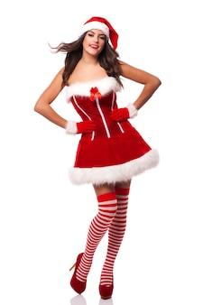 Schöne und lächelnde weihnachtsmannfrau