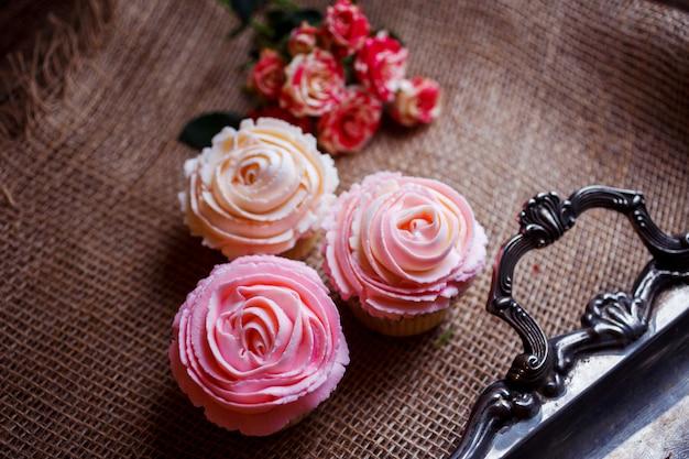 Schöne und leckere cupcakes mit sahne