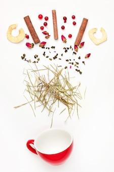 Schöne und leckere getrocknete teeblätter mit kräutern, blüten, beeren und früchten