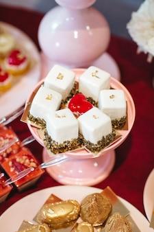 Schöne und leckere kuchen stehen auf dem festlichen tisch