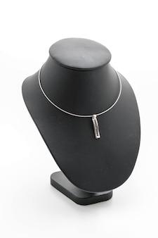 Schöne und luxuriöse halskette auf schmuckständer hals