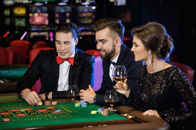 Schöne und reiche leute, die im casino roulette spielen