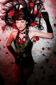 Schöne und romantische frau mit rotrose