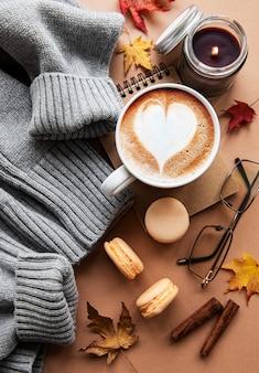 Schöne und romantische herbstkomposition mit einer tasse kaffee