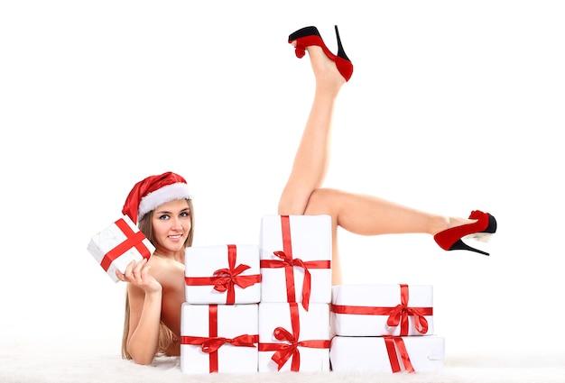 Schöne und sexy frau, die weihnachtsmannklauselkostüm trägt