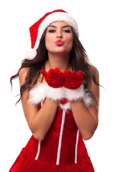 Schöne und sexy frau santa claus, die süße küsse bläst