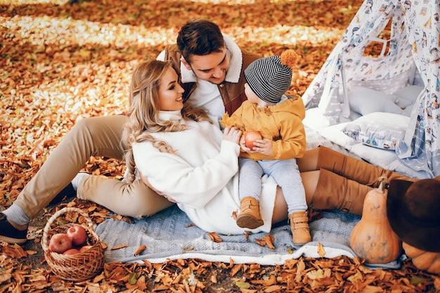 Schöne und stilvolle familie in einem park
