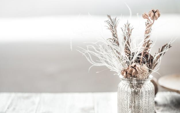 Schöne vase mit getrockneten blumen