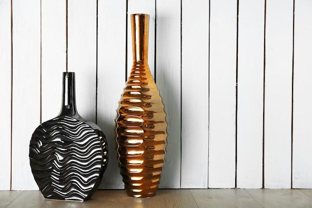 Schöne vasen an holzwand