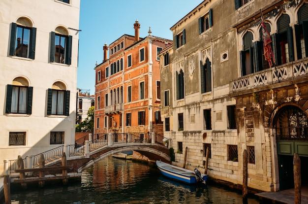 Schöne venetianische straße am sommertag, italien. venedig, schöne romantische italienische stadt auf meer mit großem kanal und gondeln, italien.