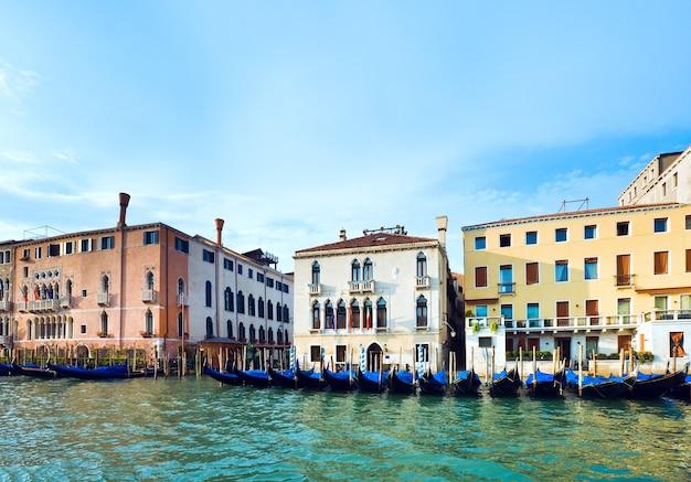 Schöne venezianische sommerkanalansicht des sommers mit gondeln auf wasser, venedig, italien