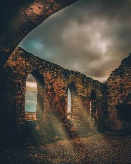 Schöne vertikale aufnahme eines mittelalterlichen steinviadukts