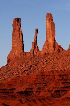 Schöne vertikale aufnahme von sandsteinfelsenformationen am oljato-monument valley in utah, usa