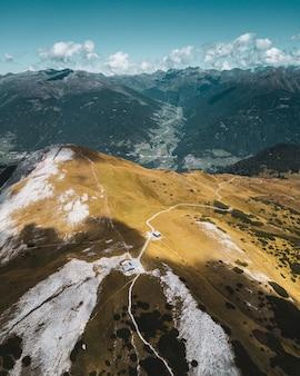 Schöne vertikale vogelperspektive der berge und eines einsamen hauses