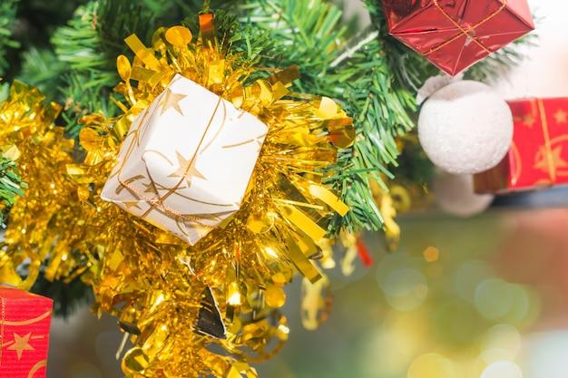Schöne verzierungen, die weihnachtsbaum verzieren
