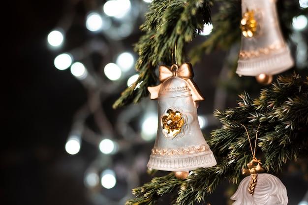 Schöne verzierungen in der weihnachtsbaumnahaufnahme