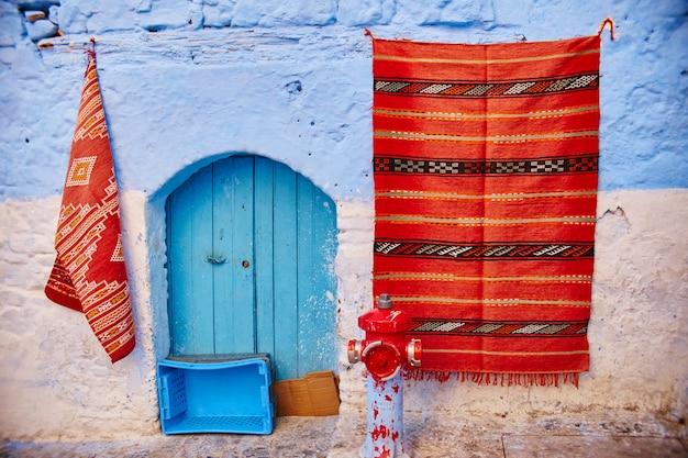 Schöne vielfältige reihe von blauen türen der blauen stadt chefchaouen in marokko. die straßen der stadt sind in verschiedenen farben blau gestrichen. fabelhafte blaue stadt
