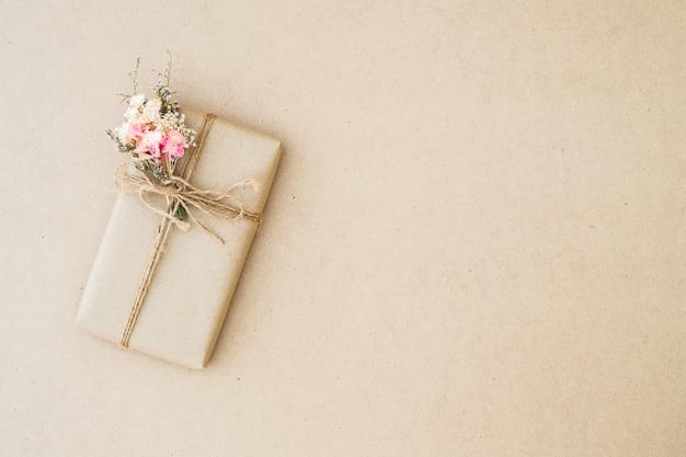 Schöne vintage geschenkbox eingewickelt im braunen kraftpapier