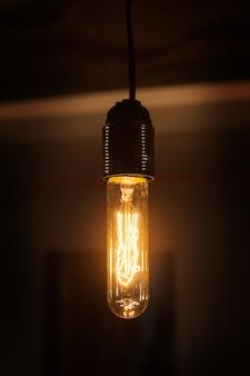 Schöne vintage lampe leuchtet im raum