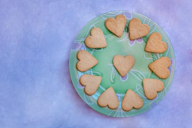 Schöne vintage platte mit herzförmigen keksen