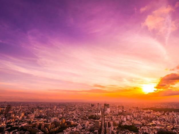 Schöne vogelperspektive der architektur und des gebäudes um tokyo-stadt zur sonnenuntergangzeit