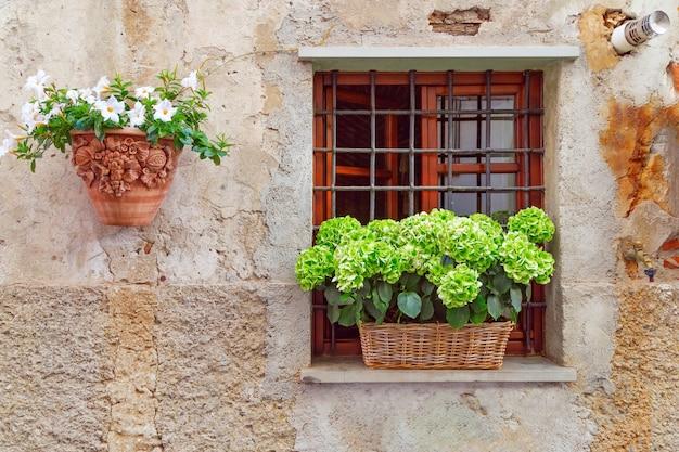 Schöne wand des alten hauses in der kleinen italienischen stadt sarzana