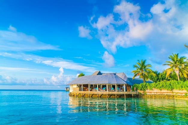Schöne wasser villen in tropischen malediven insel bei sonnenaufgang zeit