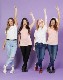 Schöne weibliche aktivisten, die zusammen aufwerfen