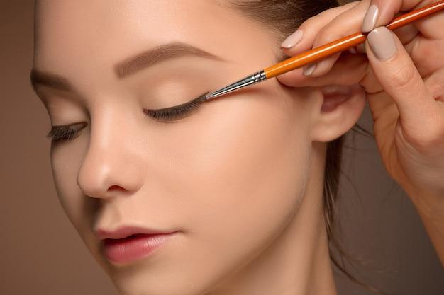 Schöne weibliche augen mit make-up und pinsel