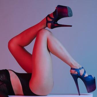 Schöne weibliche beine in blauen hochhackigen schuhen