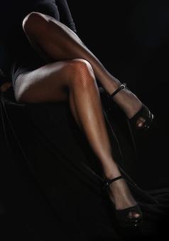 Schöne weibliche beine in strumpfhosen