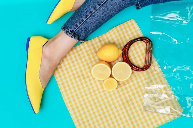 Schöne weibliche beine tragen stilvolle gelbe schuhe ohne absatz. hellgelbe sommersandalen