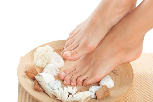 Schöne weibliche füße am badekurortsalon