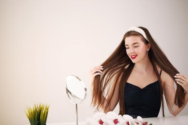 Schöne weibliche glückliche lächelnporträt-manikürehand