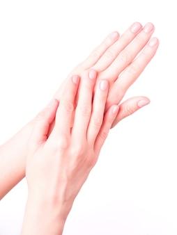 Schöne weibliche hände, die frische niedliche maniküre zeigen