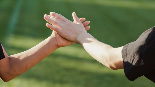 Schöne weibliche hände hoch fünf
