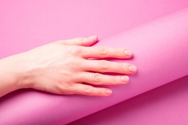 Schöne weibliche hand, die frische niedliche maniküre zeigt