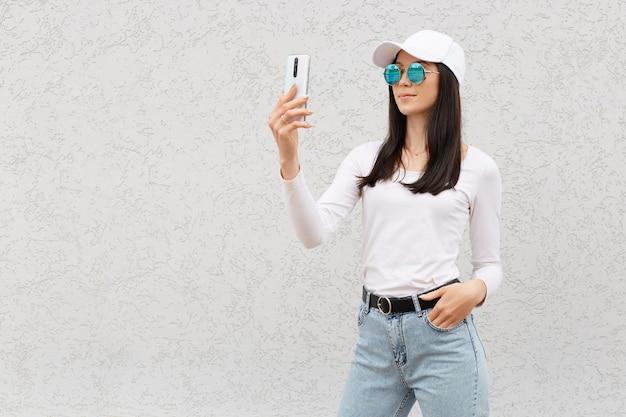 Schöne weibliche kleider jeans