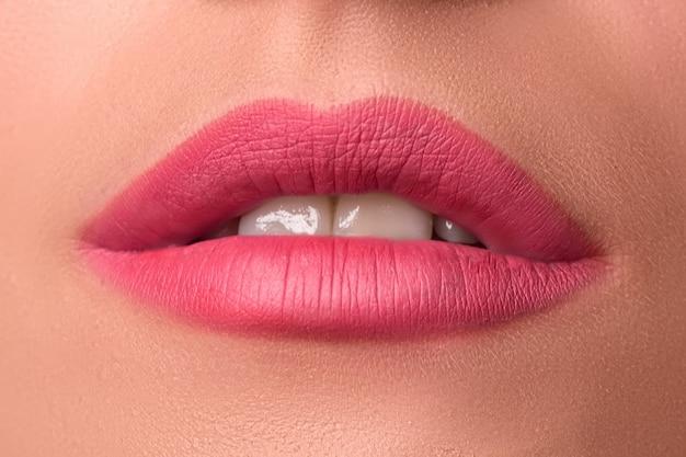 Schöne weibliche lippen schließen. rosa lippenstift. luxus make-up.