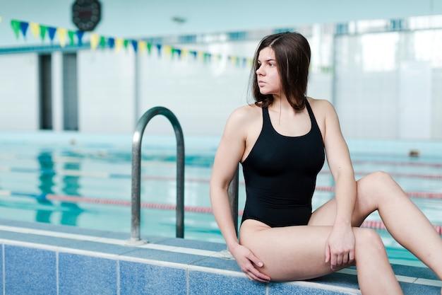 Schöne weibliche schwimmeraufstellung