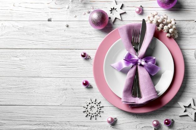 Schöne weihnachtliche tischdekoration auf holztisch