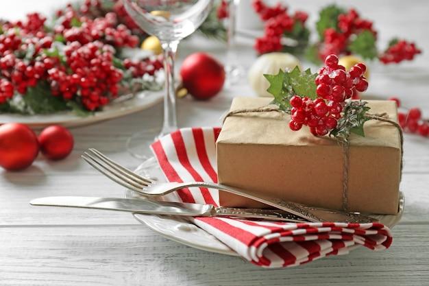Schöne weihnachtliche tischdekoration mit dekoration