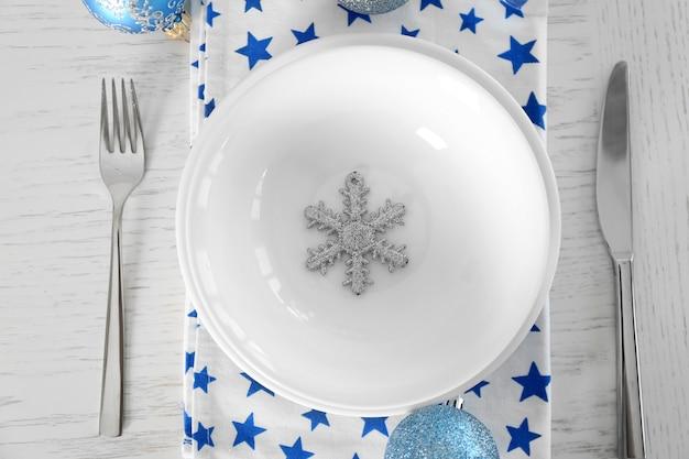 Schöne weihnachtliche tischdekoration