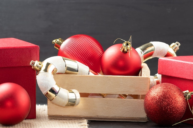 Schöne weihnachts- und neujahrsdekorationen auf schwarzem hintergrund isoliert